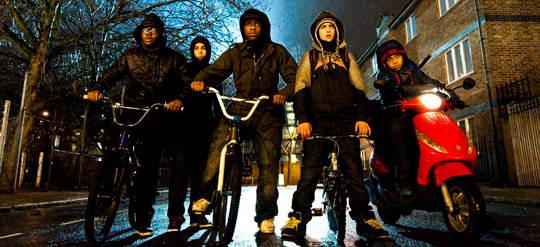 Boyega e sua gangue no filme Ataque ao Prédio