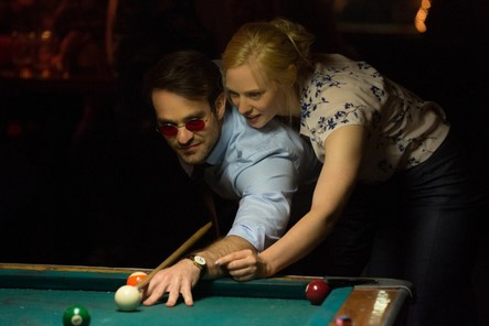 Cena do episódio Bang. Karen ensina Matt a jogar sinuca
