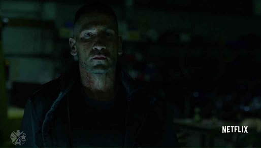 Cena do episódio Bang. Justiceiro olha com expressão vazia para a frente