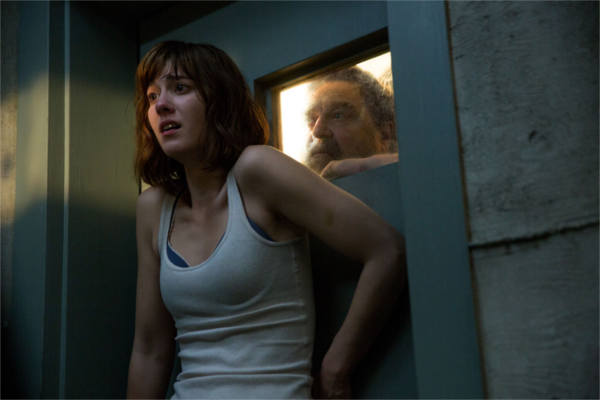 Cena do filme Rua Cloverfield 10 com John Goodman e Mary Elizabeth Winstead