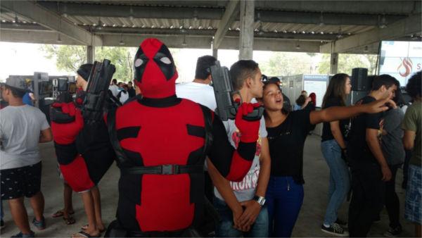 Olha o Deadpool.