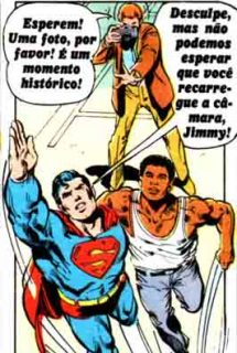 Jimmy aponta a máquina e pede uma foto, Super-Homem levanta voo com Ali e diz que não pode esperar ele recarregar a câmera