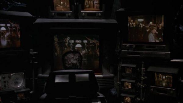 Ou não tão rápido assim, pois primeiro ele aproveita para espiar os convidados com seu moderno equipamento de Bat-Voyeurismo